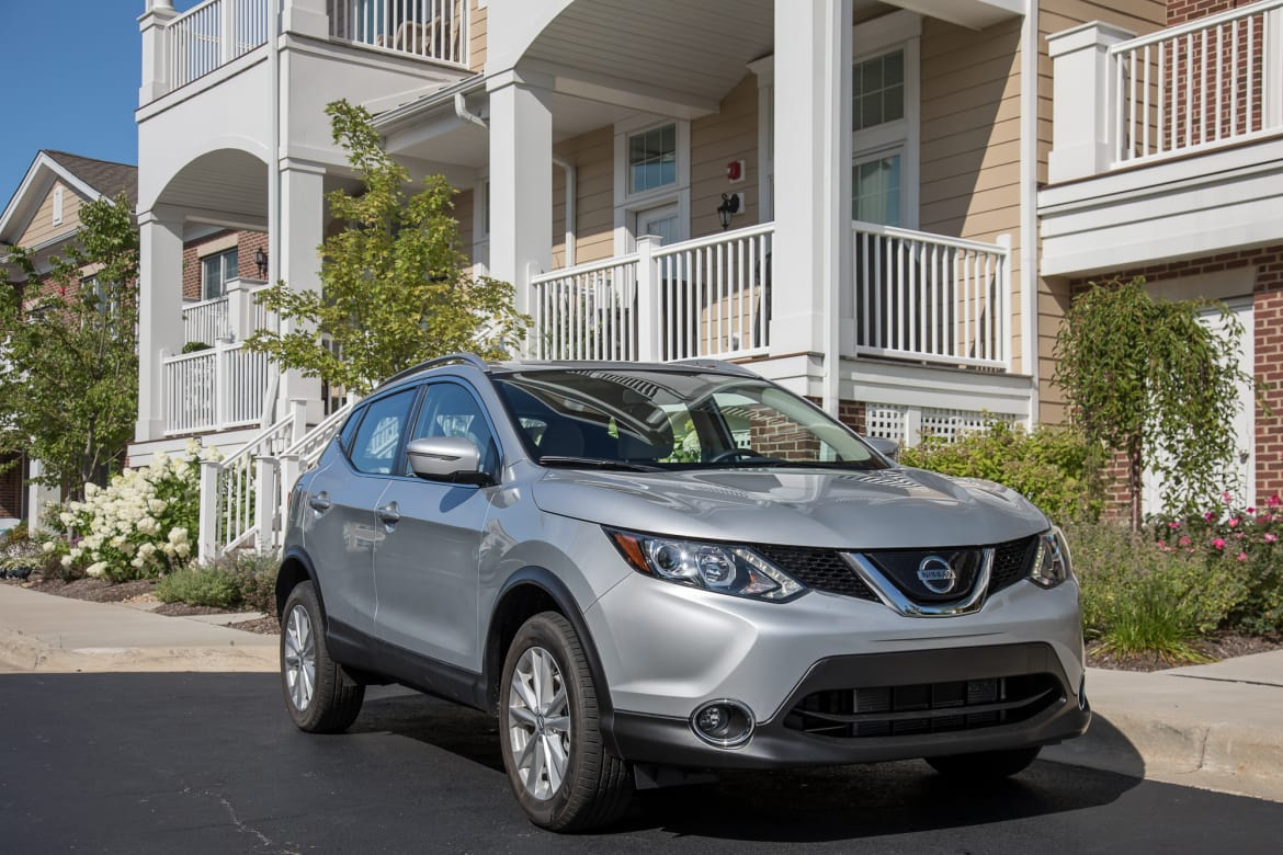 31-nissan-rogue-sport-sv-fwd-2018.5-angle--exterior--front--silv
